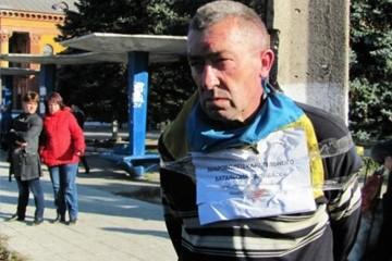 Русская весна: Ополченцы привязали очередного карателя к позорному столбу