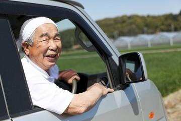 Пожилых японцев, решивших завязать с вождением, поощрят похоронными скидками