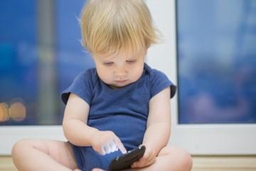 Час игр на сенсорных экранах крадет у малышей 16 минут сна