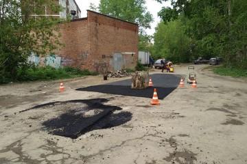 В Екатеринбурге заасфальтировали пень по центру дороги