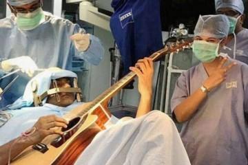 Гитаристу велели играть, пока его мозг оперируют