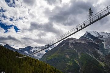 В Швейцарии открыли пешеходный подвесной мост над пропастью в полкилометра