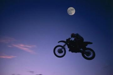 Полная луна несет мотоциклистам смерть