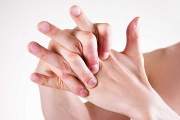 Почему хрустят суставы пальцев?