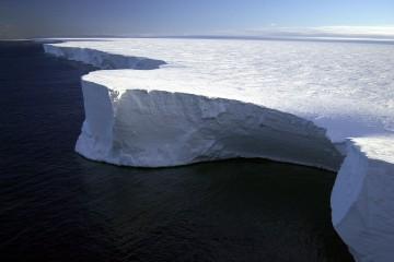 Самый большой в мире айсберг почти растаял