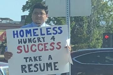 Бездомному предложили работу в Гугле благодаря картонной табличке «ищу работу»