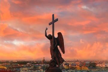 Петербургского Ангела впервые за 17 лет моют шампунем, детским мылом и кисточками