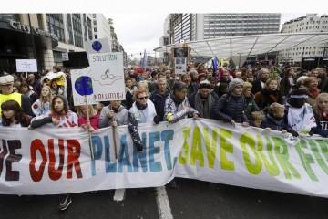 Европейцы вышли на улицы, призывая ужесточить меры по защите климата