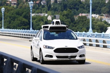 Роботы-автомобили начали брать с людей деньги