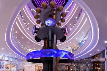 В московском ТЦ появилась 4-этажная игрушка, уместившая в себе историю Вселенной