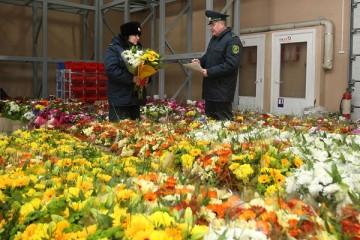 Россиянам запретили покупать за рубежом больше трех букетиков