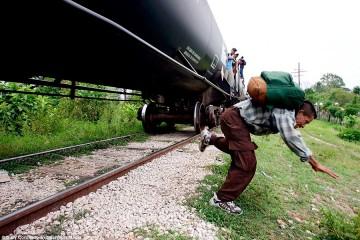 Физик рассказал, как прыгать с движущегося поезда по науке