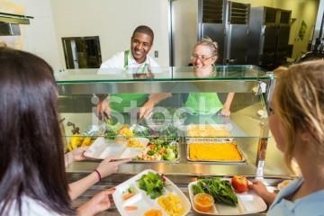 Школьные столовые и рестораны «подсаживают» на мясо