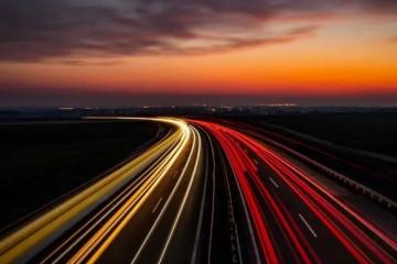В США тестируют дорогу, которая заряжает электромобили на ходу